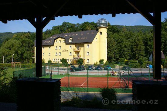 Hotel s tenisovým kurtem